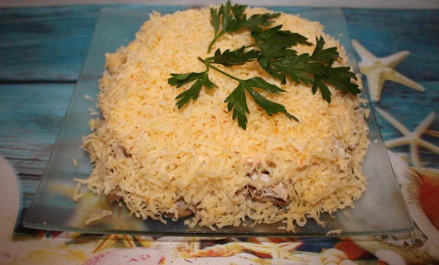 Салат с курицей, сыром слоями, фото