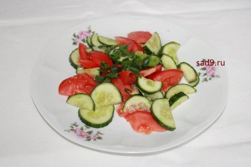 Салат с помидоров и огурцов