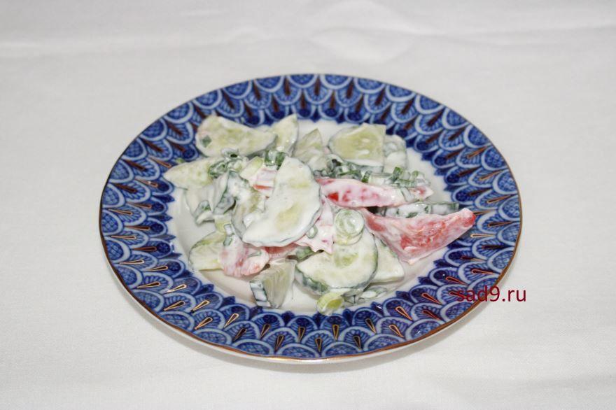 Салат с помидорами и огурцами со сметаной