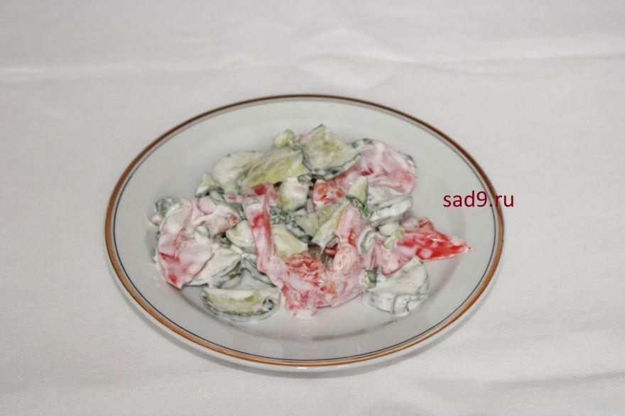 Салат с огурцами и помидорами с майонезом