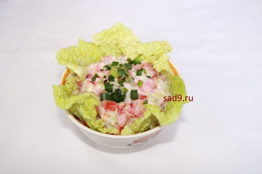 Очень вкусный салат с слабосоленой семгой и помидорами