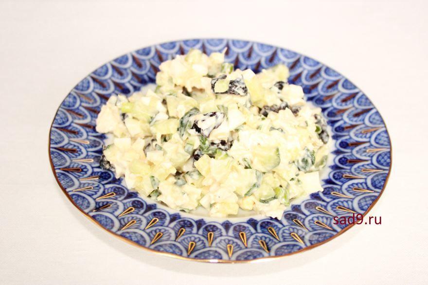 Простой салат С курицей и черносливом, пошагово с фото