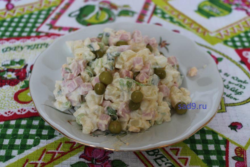 Вкусный салат Оливье с колбасой, пошагово с фото