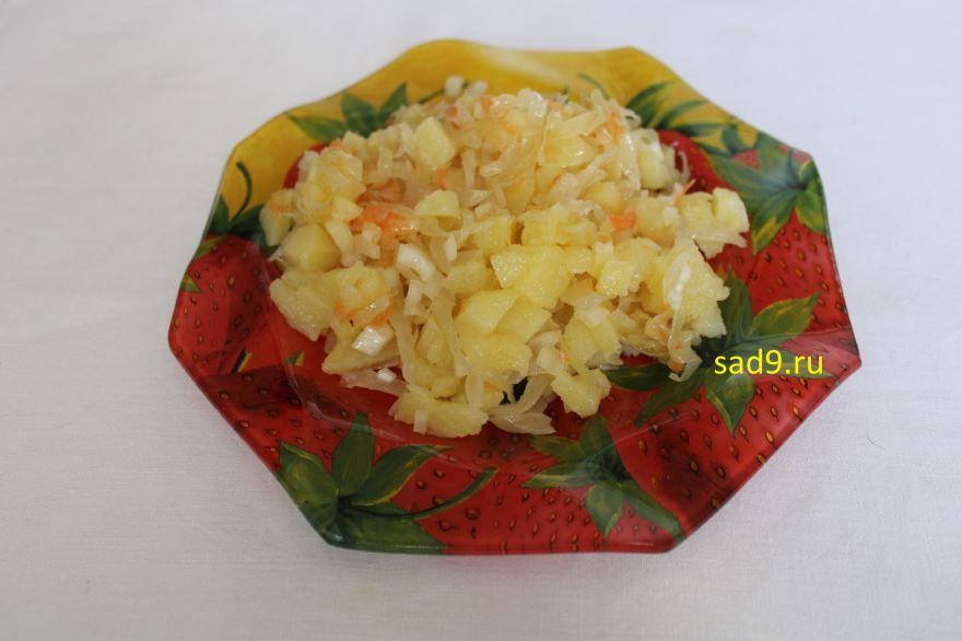Простой салат из капусты квашеной, пошагово с фото