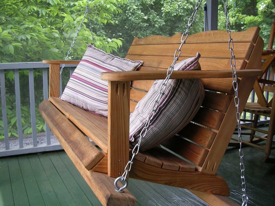 Подвесные деревянные качели для дачи, фото