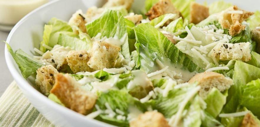 Фото салата 'Цезарь' с курицей и сухариками