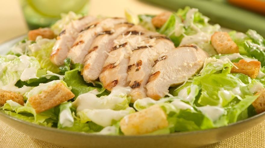 Простой салат 'Цезарь' с курицей