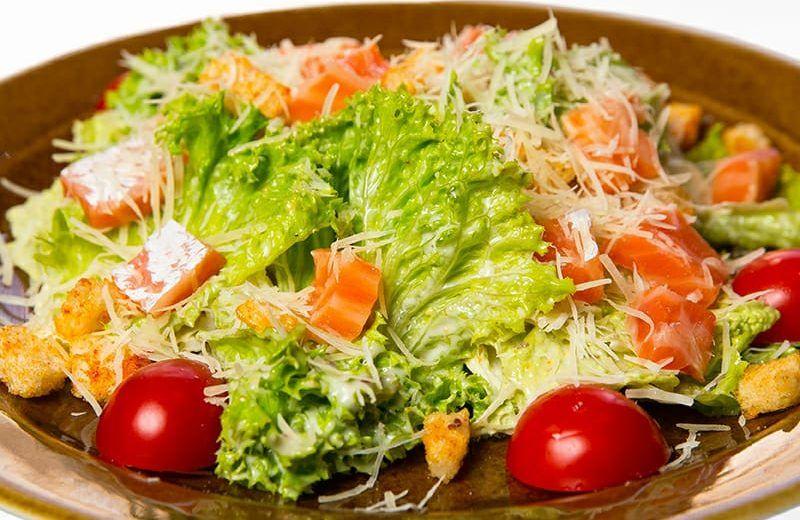 Салат 'Цезарь' с семгой - классический, простой салат