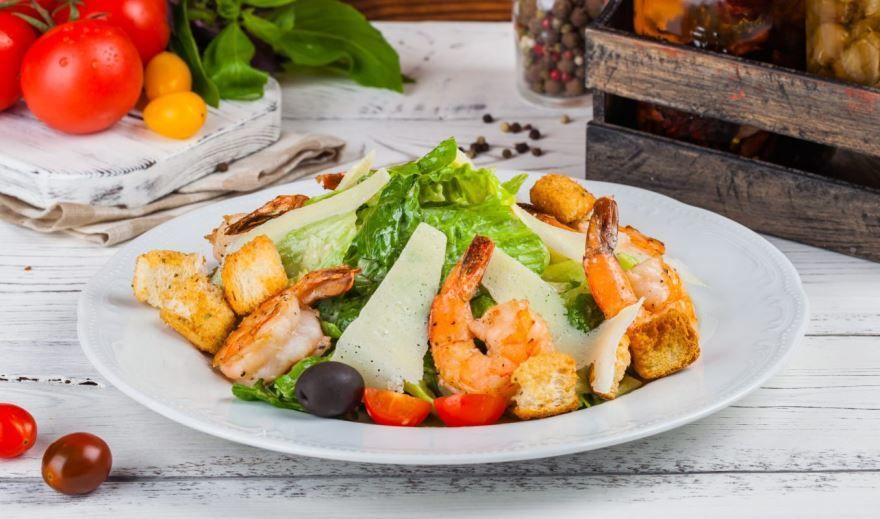 Салат 'Цезарь' с креветками и сухариками красивое фото
