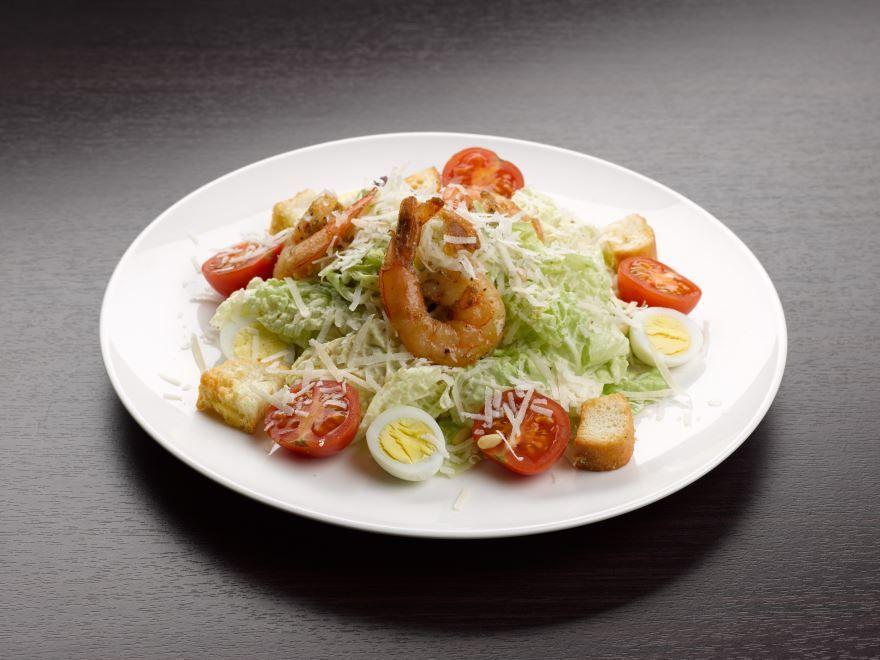 Салат 'Цезарь' с креветками и сухариками
