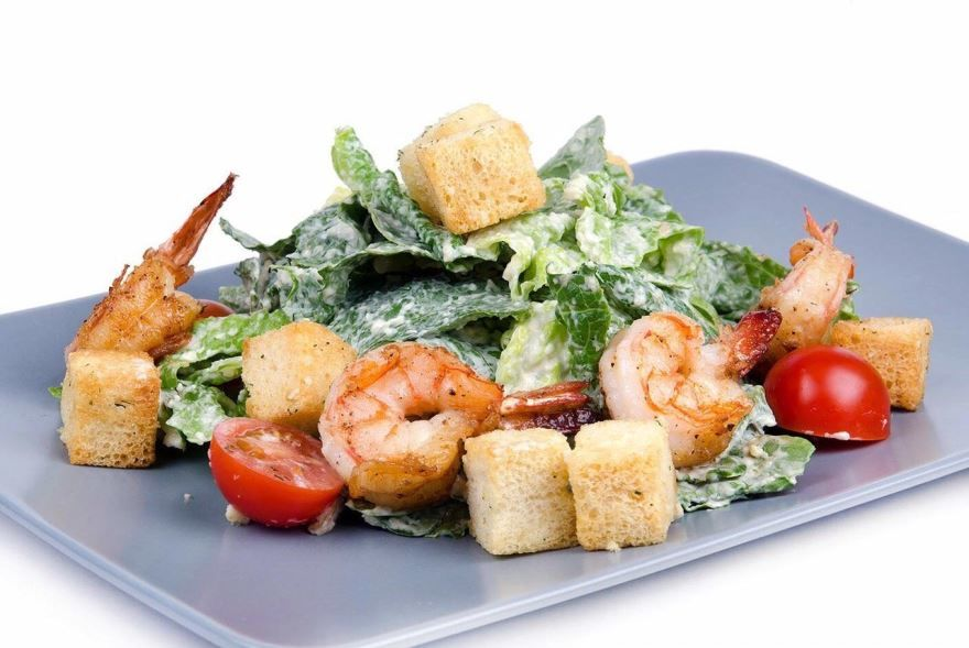 'Цезарь' салат рецепт с креветками и сухариками