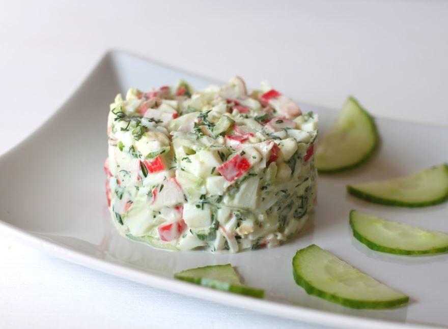 Крабовый салат классический с огурцом