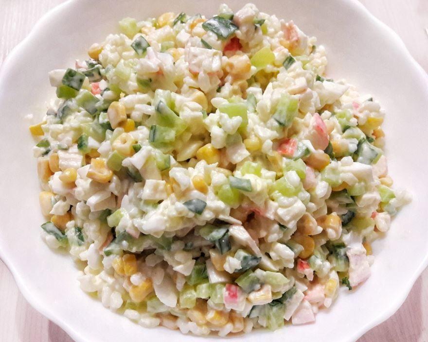 Крабовый салат с огурцом, фото