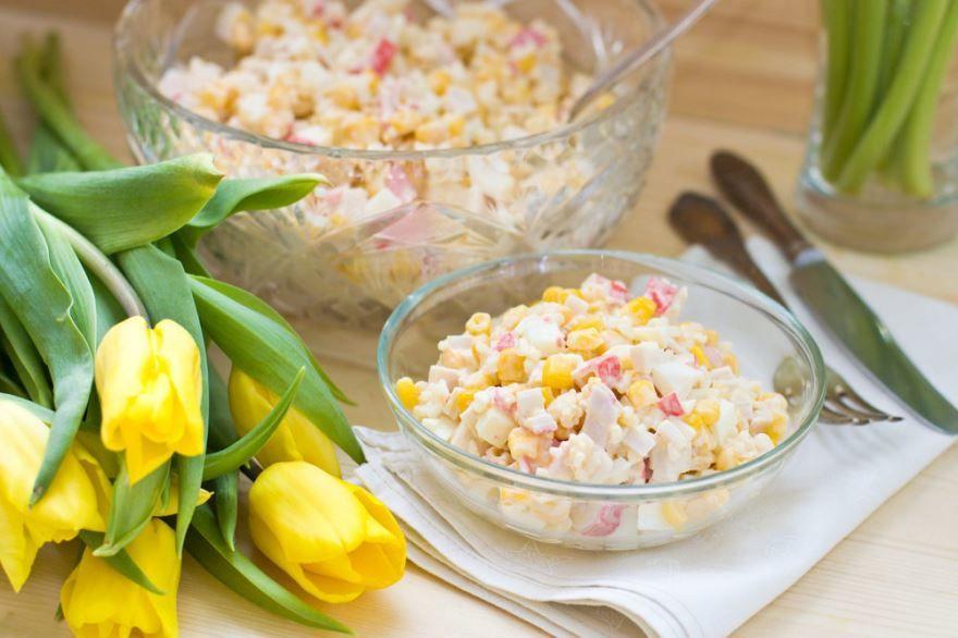 Крабовый салат с рисом и крабовыми палочками