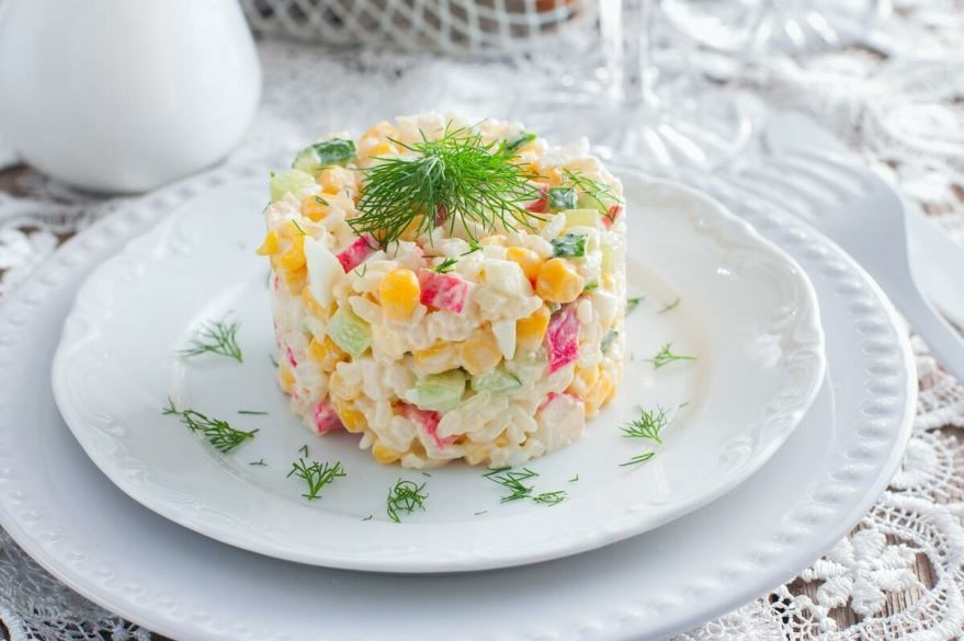 Салат с крабовыми палочками, рисом и кукурузой