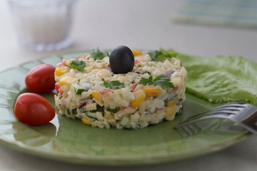 Сервировка крабового салата с рисом