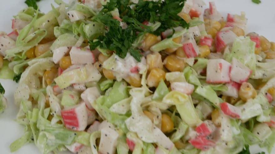 Крабовый салат с капустой и крабовыми палочками