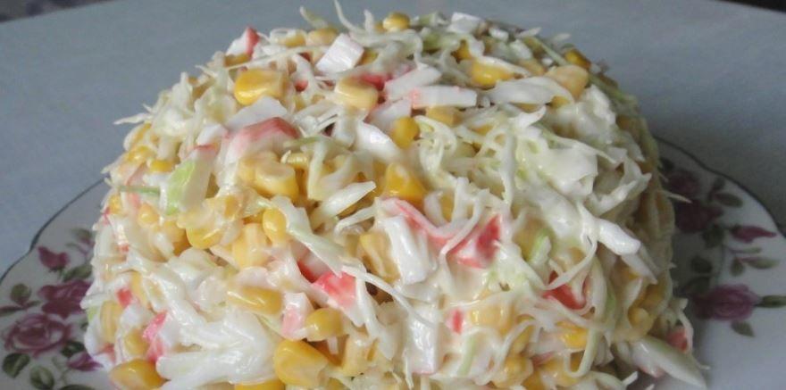 Салат с крабовыми палочками, капустой и огурцом
