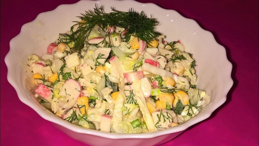 Сервировка крабового салата с капустой