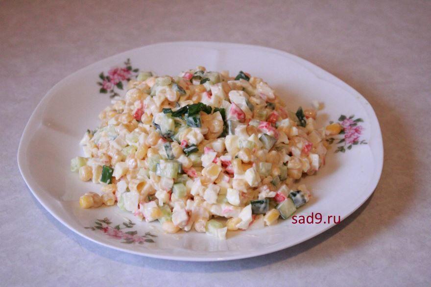 Вкусный салат с крабовыми палочками в домашних условиях