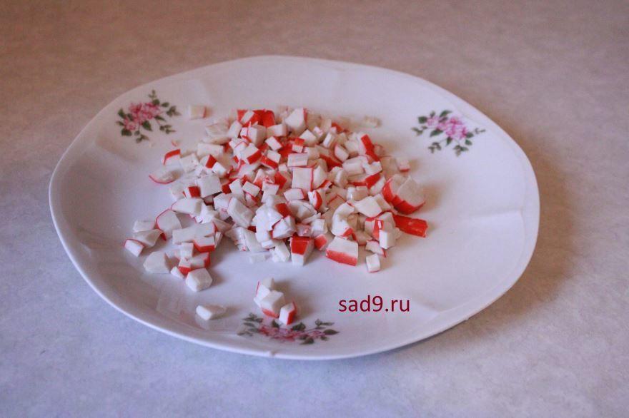 Салат с крабовыми палочками в домашних условиях - крабовые палочки порезать кубиками