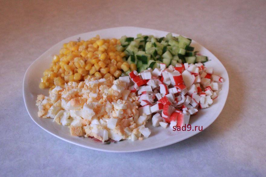 Ингредиенты готового нарезанного салата с крабовыми палочками