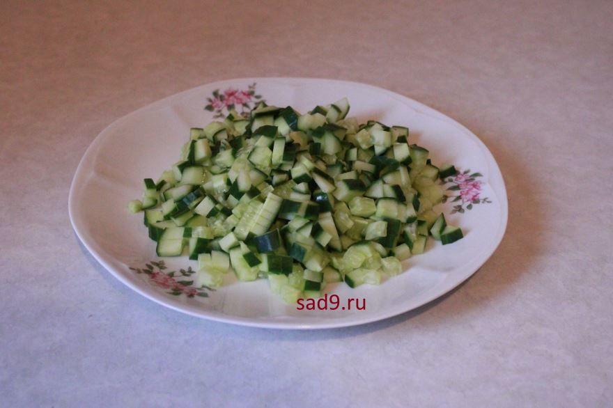Салат с крабовыми палочками в домашних условиях - огурец порезать квадратиками