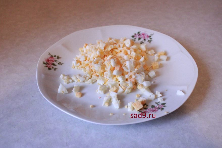 Салат с крабовыми палочками в домашних условиях - яйцо порезать мелко кубиками