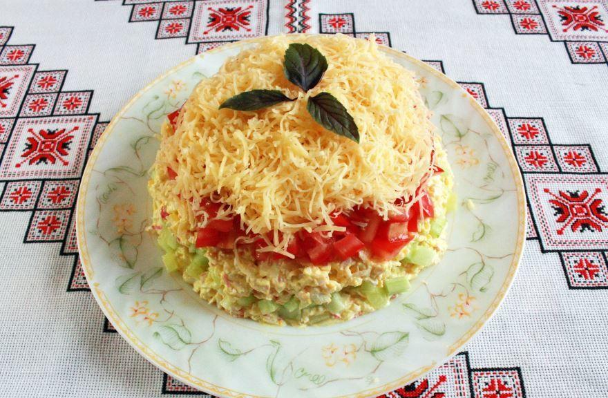 Сервировка крабового салата с помидорами
