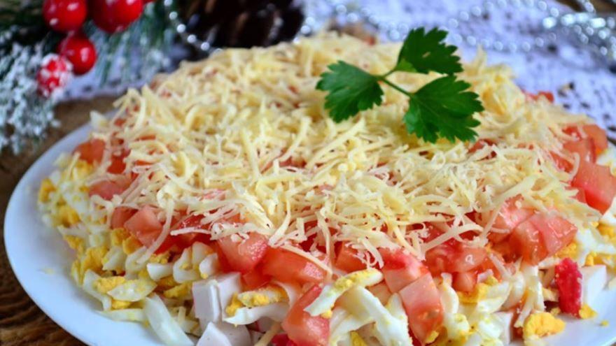 Салат с помидорами, крабовыми палочками и чесноком
