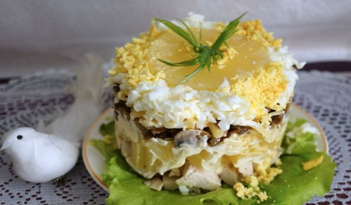 Салат с курицей и ананасами слоями
